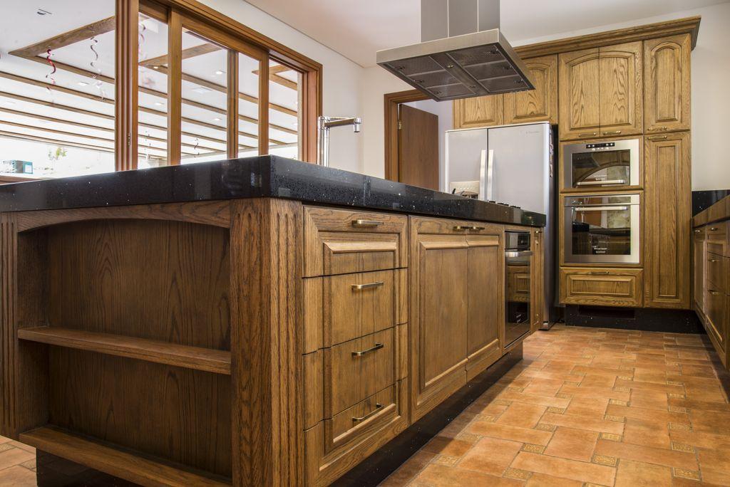 detalhe de armario suspenso em madeira entalhada a mao artesanal unimoveis marcenaria boutique, mobiliario spb medida projetos especiais para arquitetos