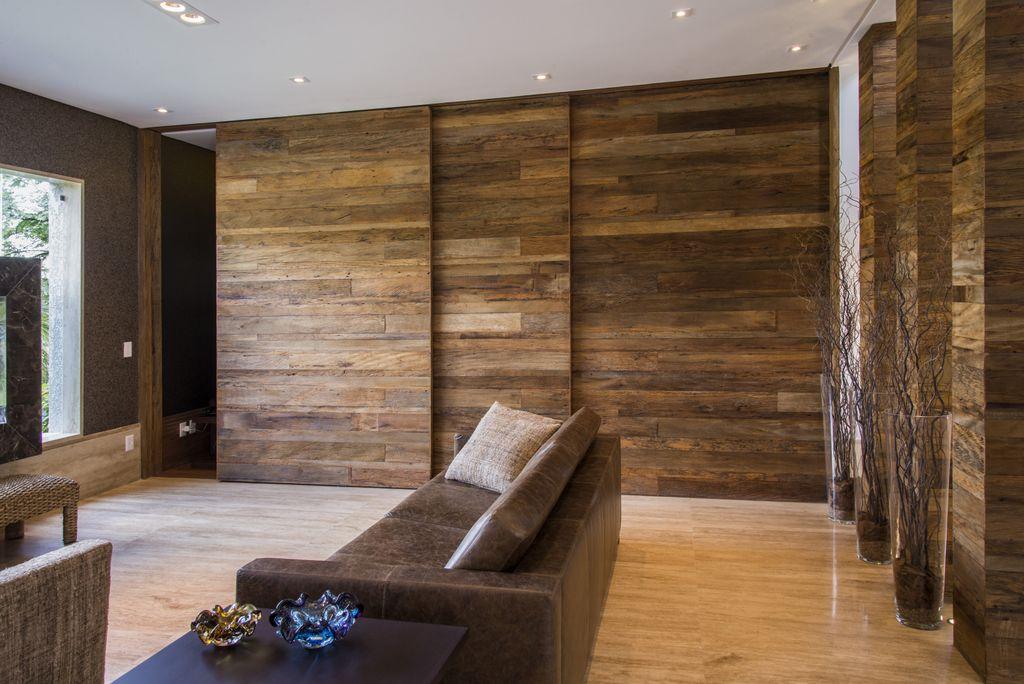 painel de correr de madeira de demolicao unimoveis marcenaria boutique, mobiliario spb medida projetos especiais para arquitetos