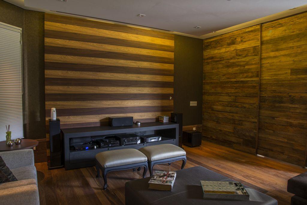 home theater com telao que desce automocaticamente painel de madeira intercalada unimoveis marcenaria boutique, mobiliario spb medida projetos especiais para arquitetos