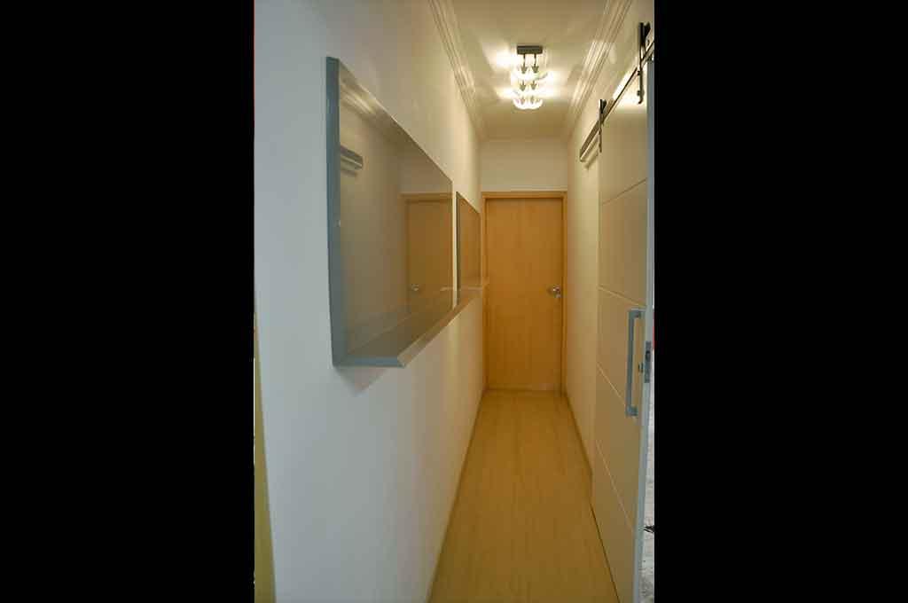 galeria para quadros em laca cinza e porta painel de correr de ferragens expostas laca branca detalhe frisado