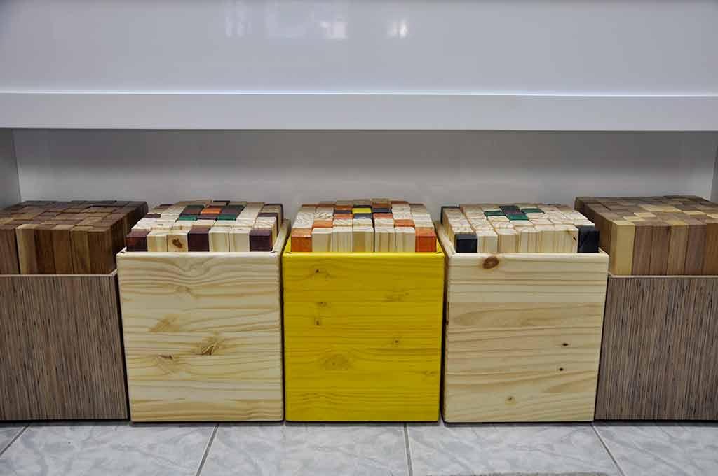 bancos artesanais de madeira com pinos coloridos