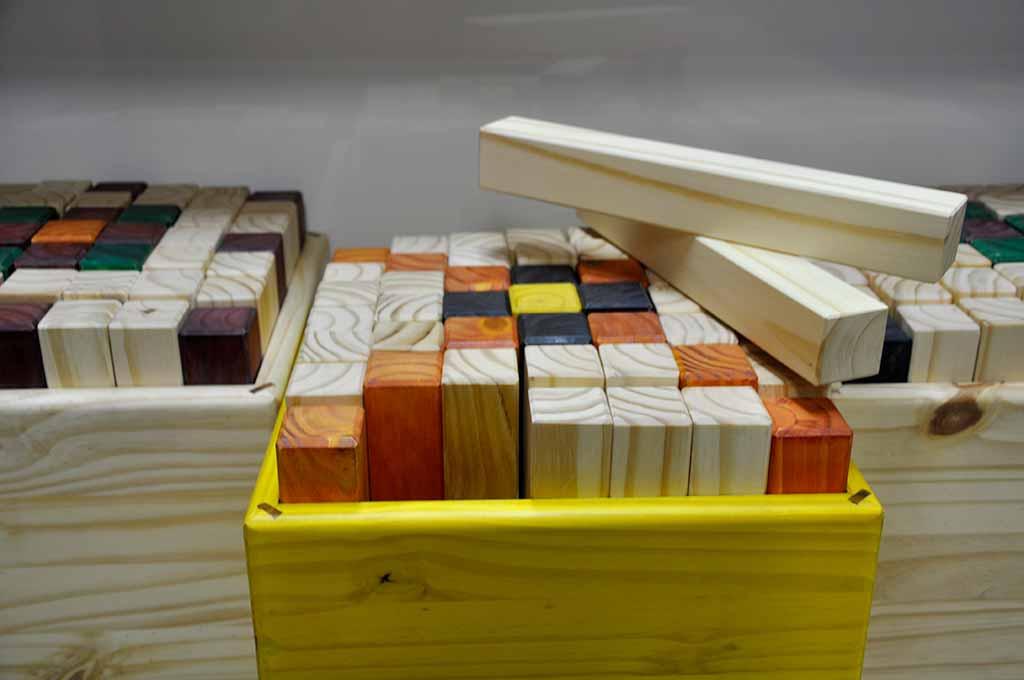 bancos artesanais coloridos de pinos de madeira