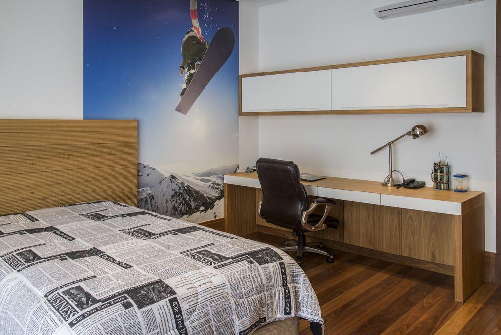 unimoveis marcenaria boutique dormitorio teen com escritorio em madeira natural e gavetas de acabamento laca branca
