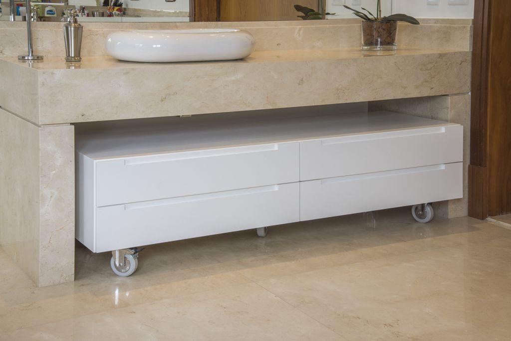 unimoveis marcenaria boutique gabinete retratil para banheiro em laca branca e puxadores cavados