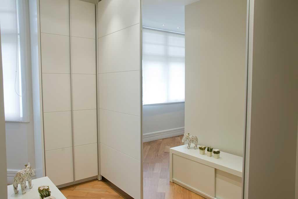 armario sob medida em laca branca com porta de correr espelhada unimoveis marcenaria boutique projetos completos acabamentos importados da europa e atendimento alto padrão armário para quarto