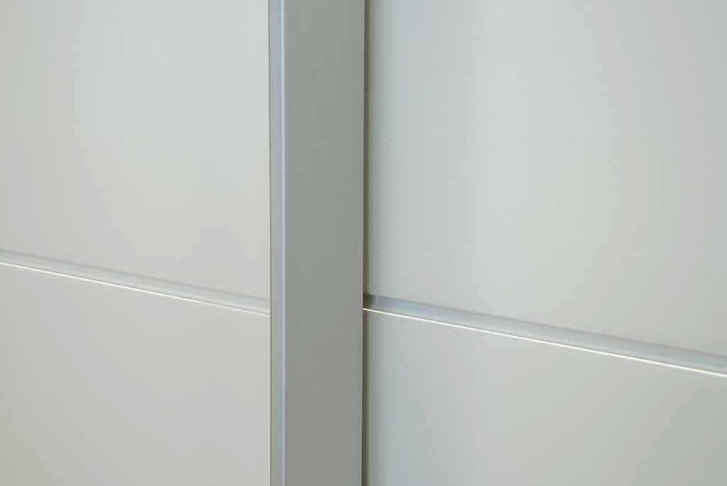 entalhe de marcenaria na laca branca do armario sob medida para quarto unimoveis marcenaria boutique projetos completos acabamentos importados da europa e atendimento alto padrão