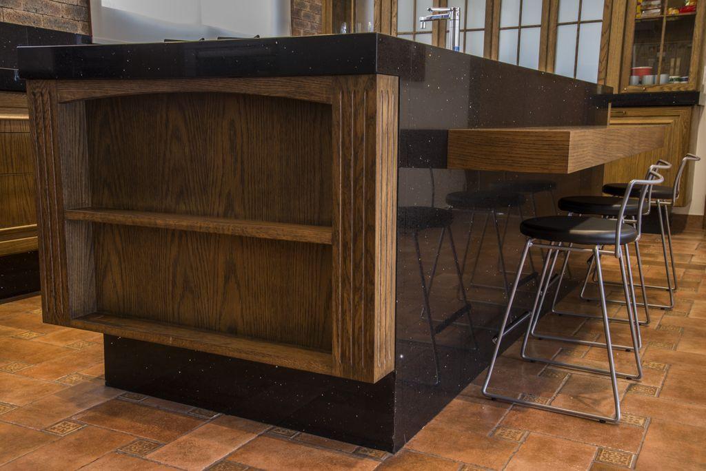 detalhe de armario embutido em madeira carvalho natural entalhado unimoveis marcenaria boutique, mobiliario spb medida projetos especiais para arquitetos