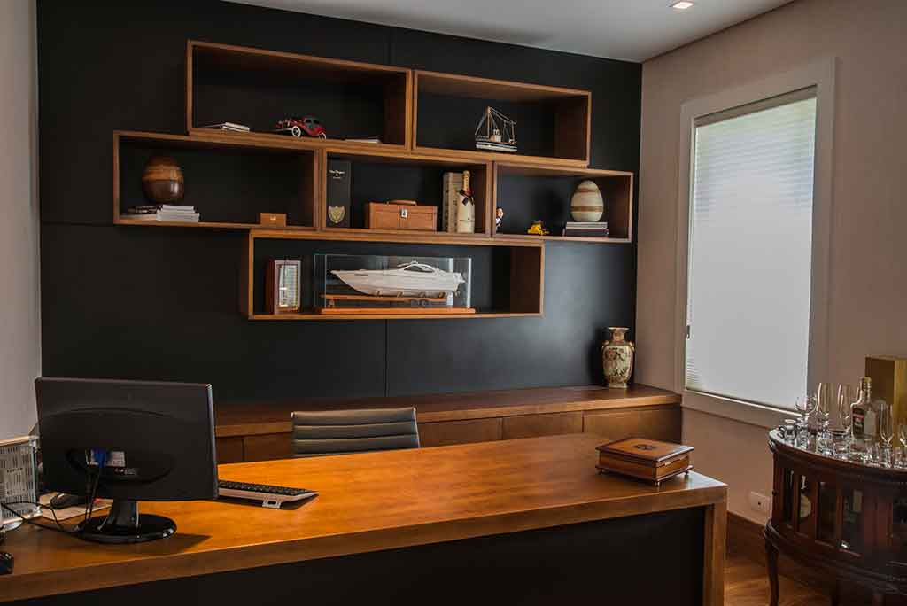 marcenaria office de madeira com nichos embutidos painel de madeira escrivaninha de madeira bancada sob medida mesa de escritorio sob medida